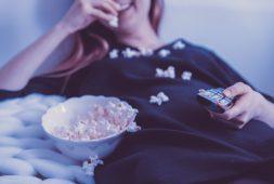 knus-op-de-bank-films-bingen-met-warner-bros-winactie