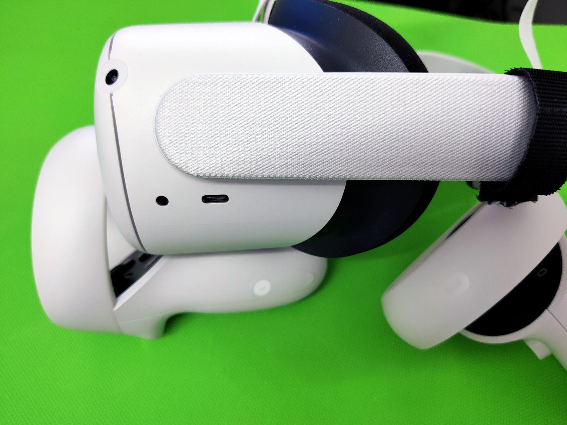 De speakers zitten verstopt achter de aansluiting van de hoofdband.